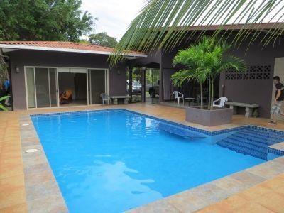 Casa con piscina y dos apartamentos de alquiler for Alquiler casas con piscina
